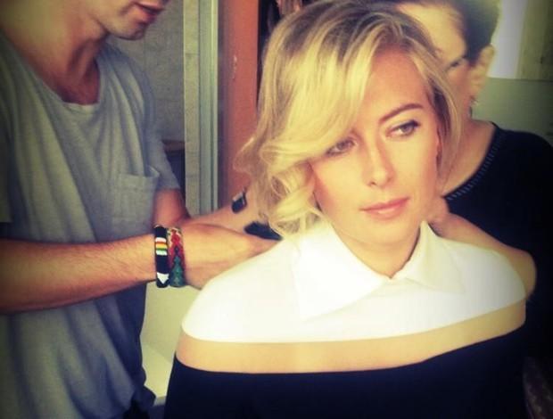 Sharapova passando maquiagem antes de evento em Beverly Hills