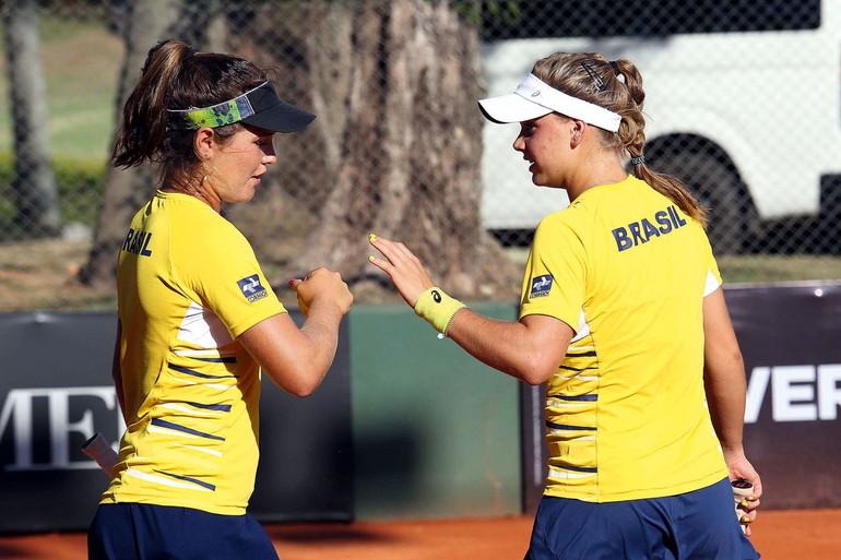 Gabriela Cé (foto central à esquerda) e Laura Pigossi (à direita) formaram o time brasileiro