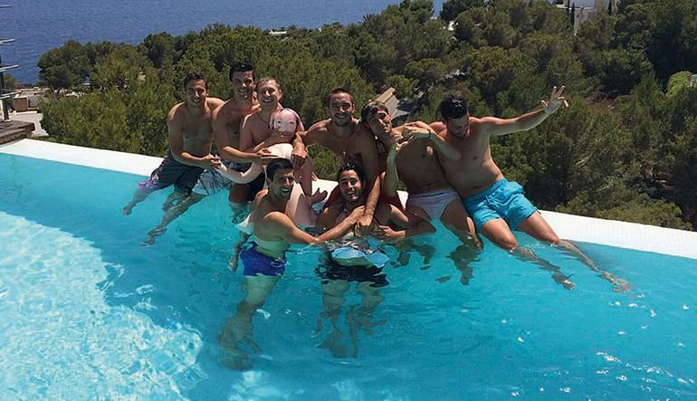 Novak Djokovic piscina com amigos