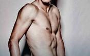 Berdych posa nu em campanha sobre câncer testicular