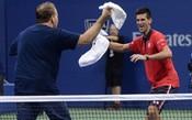 Na rodada noturna, fã invade quadra e dança com Djokovic